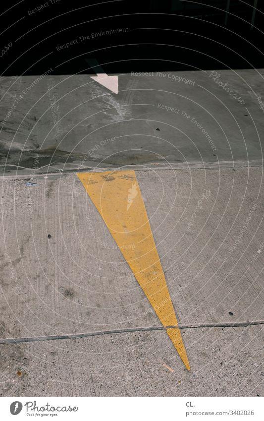 zwei pfeile auf dem boden Pfeil Pfeile Boden Richtung richtungweisend Orientierung gelb grau geradeaus Farbfoto Zeichen Menschenleer Schilder & Markierungen
