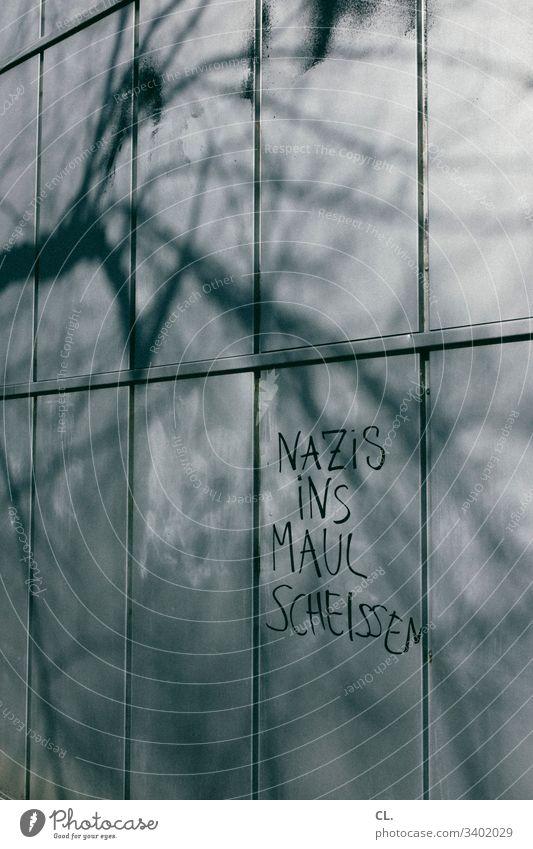 nazis raus rechtsextremismus Nazi Wand Buchstaben schrift Gesellschaft (Soziologie) Politik & Staat rechtsradikalismus AfD Rassismus Menschenleer Schriftzeichen