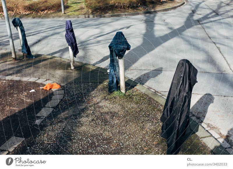 streetwear Straße Kurve Kleidung Kleidungsstücke skurril Wege & Pfade Poller Verkehrswege Außenaufnahme Menschenleer Farbfoto Tag Hose Jacke dreckig authentisch