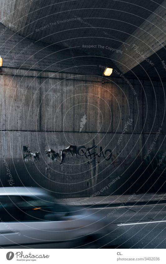 unter der brücke grau trist Verkehr Verkehrswege Verkehrsmittel Außenaufnahme Farbfoto Straße Stadt Menschenleer Tag Straßenverkehr Wege & Pfade Autofahren PKW