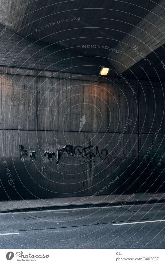 straße und wand unter einer brücke Wand trist hässlich grau Verfall Lampe Straße Wege & Pfade Mauer Beleuchtung Architektur dreckig Verkehrswege Menschenleer