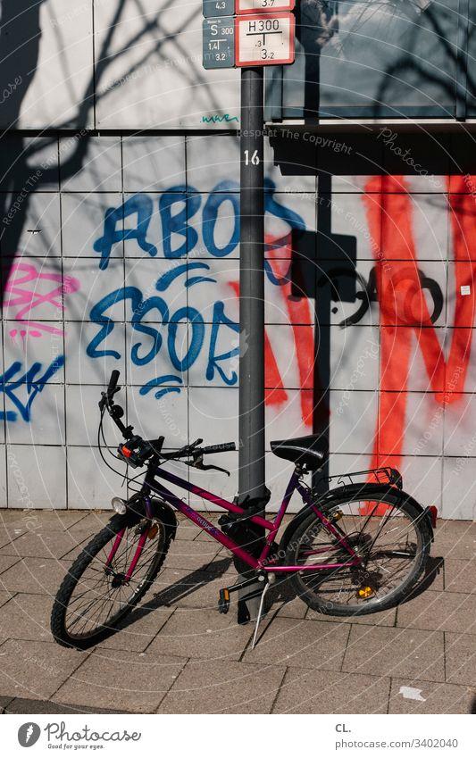 ein fahrrad steht auf dem gehweg Graffiti dreckig Fahrrad Wand Verkehrswege Farbfoto Außenaufnahme Menschenleer Wege & Pfade Verkehrsmittel Stadt Tag