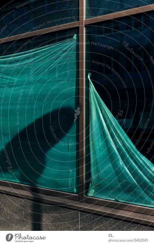 sichtschutz Ladengeschäft geschlossen Außenaufnahme Menschenleer Fenster Fensterscheibe Sichtschutz Tag Farbfoto Schaufenster Wand Detailaufnahme grün