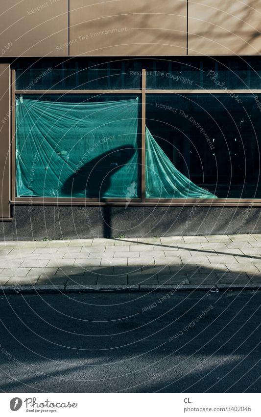 leerstand Straße gehweg Wege & Pfade Menschenleer Gehweg Farbfoto Außenaufnahme Bürgersteig Tag Schatten Verkehrswege Leerstand Sichtschutz Plane Wand Fenster