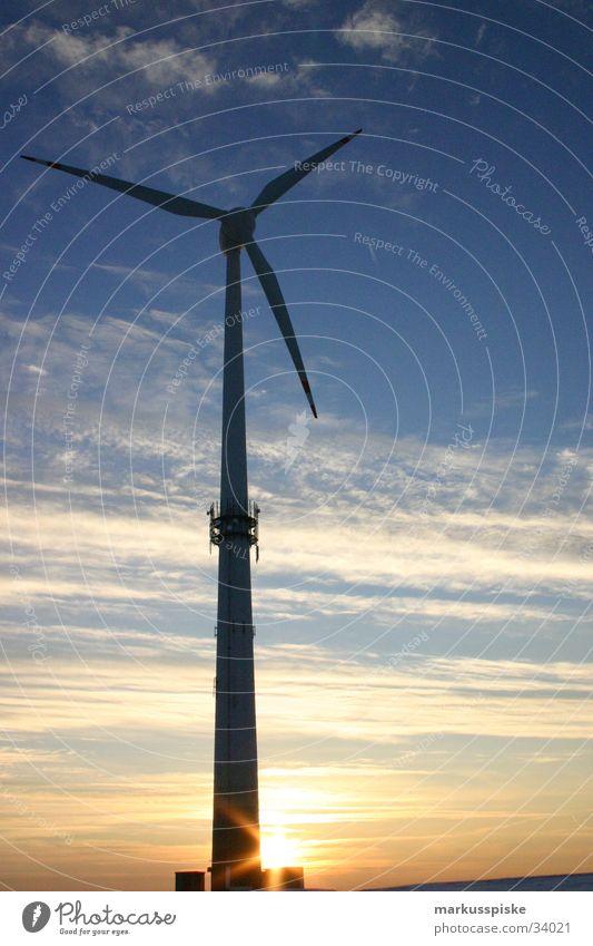 Windrad im Untergang alternativ Wolken Sauberkeit Umwelt Elektrizität Industrie Windkraftanlage Himmel Sonne Beleuchtung Energiewirtschaft Schatten zart