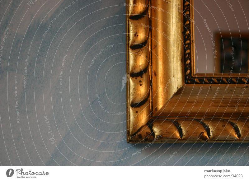 goldener Rahmen alt Farbe Wand Holz Wohnung Häusliches Leben Spiegel Möbel antik Altbau