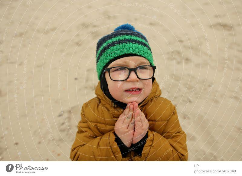 bettelnder Junge Betteln bitte Mensch Blick Gebet Religion und Glaube Christentum Hoffnung Spiritualität Gott Gefühle Hände unschuldig Kindererziehung