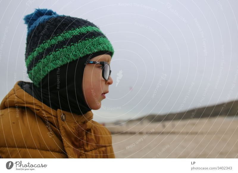 """Profil eines Kindes, das einen Hut und eine Brille trägt Kindheit Blick Wegsehen Kinderspiel Lifestyle Führungsqualitäten Führer Leben Zukunft,"""" Horizont"""