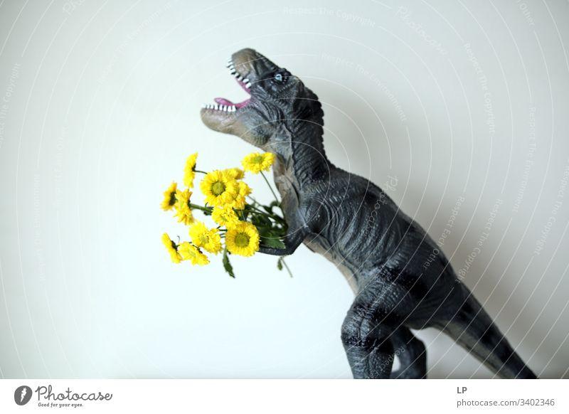 T rex mit gelben Blüten Dinosaurier Blumen Frühling Tier Geburtstag Humor beängstigend kämpfen Paar Mann Zähne tosend Reptil Drache Urzeit Tierporträt