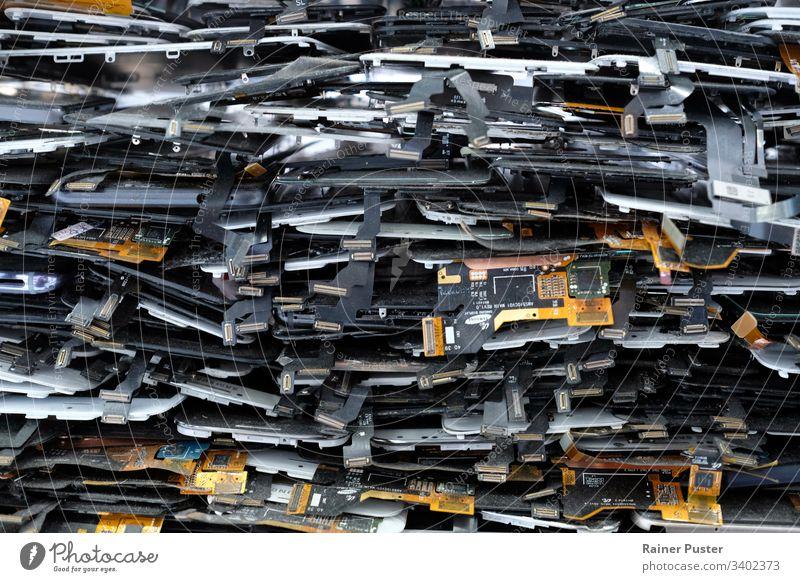 Elektroschrott: Stapel aus alten Handy- und Smartphone Teilen smartphone Müll Abfall Elektroabfall Tablet Metall Farbfoto Industrie obsolet Umweltverschmutzung