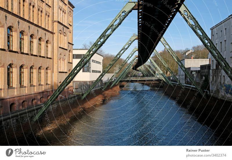 Teilstück der Schwebebahn über der Wupper in Wuppertal Bahn Metall Industrie Fluss Wasser Gebäude Konstruktion Stahl Stahlkonstruktion
