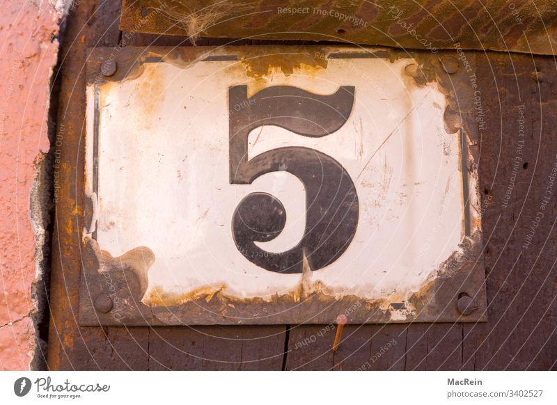 Hausnummer 5 hausnummer nummernschild ziffer fünf emaille hauswand aussenaufnahme nagel rost niemand textfreiraum