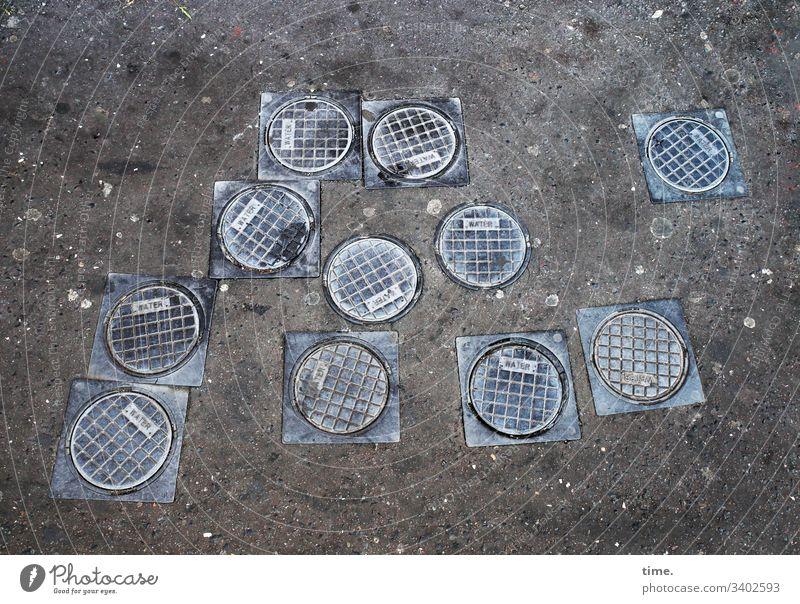 11 Freunde skurril inspiration detail rätsel struktur stein fuge strukturoberfläche gully wasserwirtschaft Vogelperspektive asphalt metall deckel manchester
