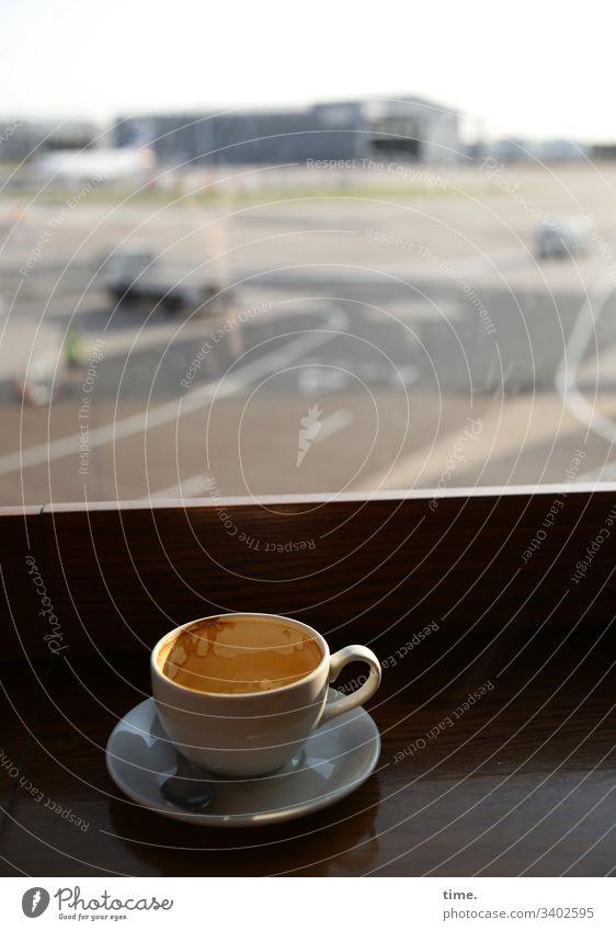 Alle Flieger stehen still, weil das Virus es so will | Klimawandel flughafen manchester kaffee capucchino ablage getränk tasse milchschaum terminal landebahn