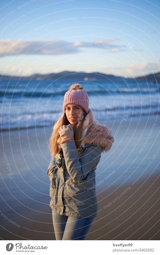 Junge Frau geht im Winter am Strand spazieren jung Beanie laufen Vigo Galicia Spanien MEER atlantisch Glück entspannt Kaukasier romantisch Freude Sand Mitte