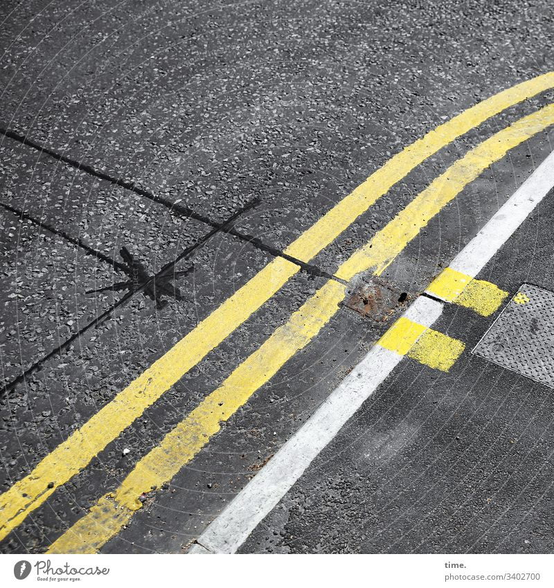 baselines (16) grundlinie linien Straße Asphalt grau gelb Vogelperspektive streifen abgenutzt teer mathematik design gully ausbesserung schnitt