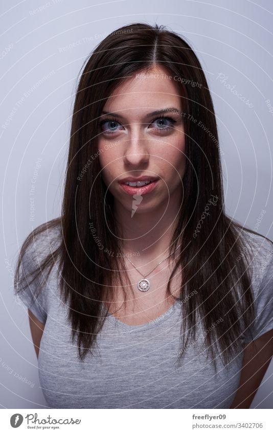 Porträt einer Frau, die ihr Haar berührt weiß Hintergrund langhaarig blaue Augen klare Augen Glück Mädchen Europäer jung Kaukasier Menschen Erwachsener