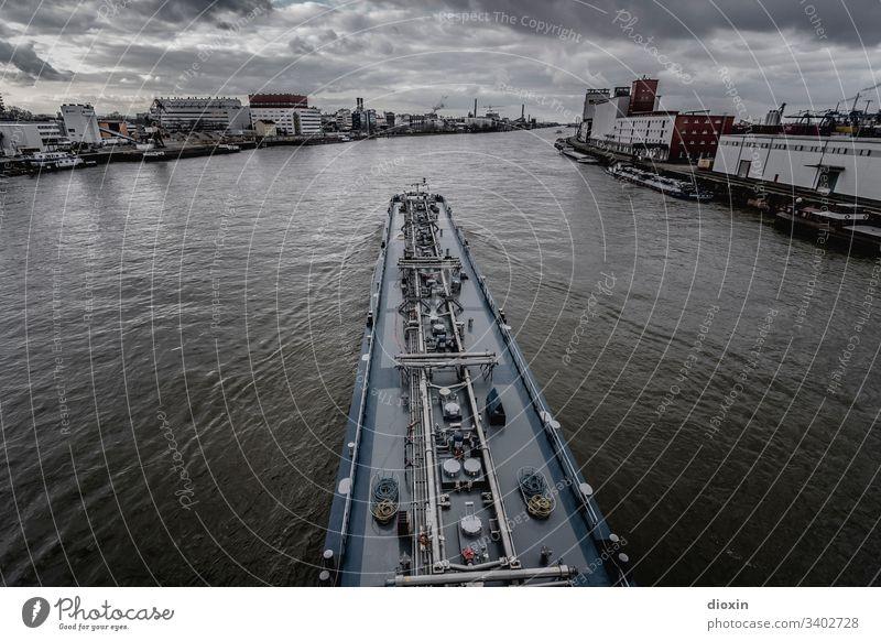 Binnentankschiff fährt zwischen Mannheim und Ludwigshafen den lieblichen Rhein flussabwärts Schifffahrt Wasserfahrzeug Binnenschifffahrt Fluss Wasserader