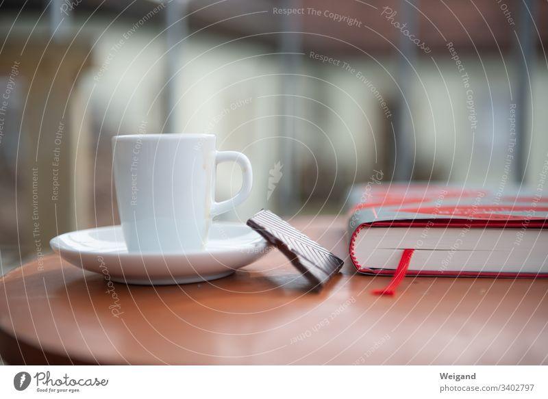 Balkon lesen Literatur Espresso Freie Zeit Pause Buch Lesestoff Farbfoto Roman lecker Bildung Wissen