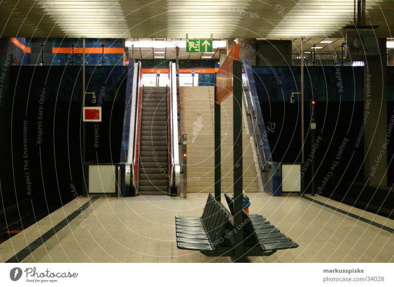 U-Bahn Station München Bewegung leer Einsamkeit Verkehr Güterverkehr & Logistik Bank sezten Erholung