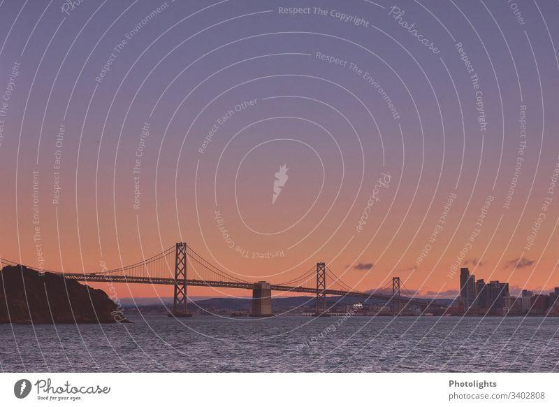 Oakland  Bay Bridge - San Francisco Dämmerung Abend Menschenleer Außenaufnahme Hängebrücke Farbfoto yerba buena island San Francisco Bay Brücke USA Kalifornien