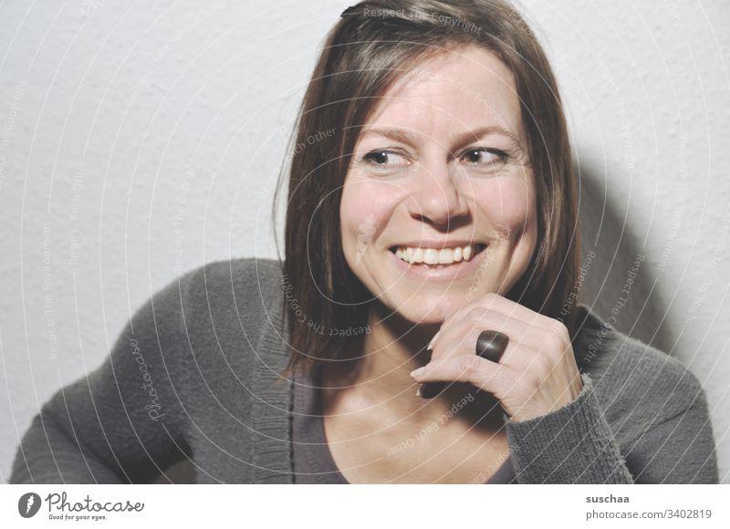 lächelnde frau, mit blick nach links Frau lachen freundlich gutmütig sanft wohlwollend Blick Kopf Gesicht brünett Pagenschnitt Haare & Frisuren Hand Finger Ring