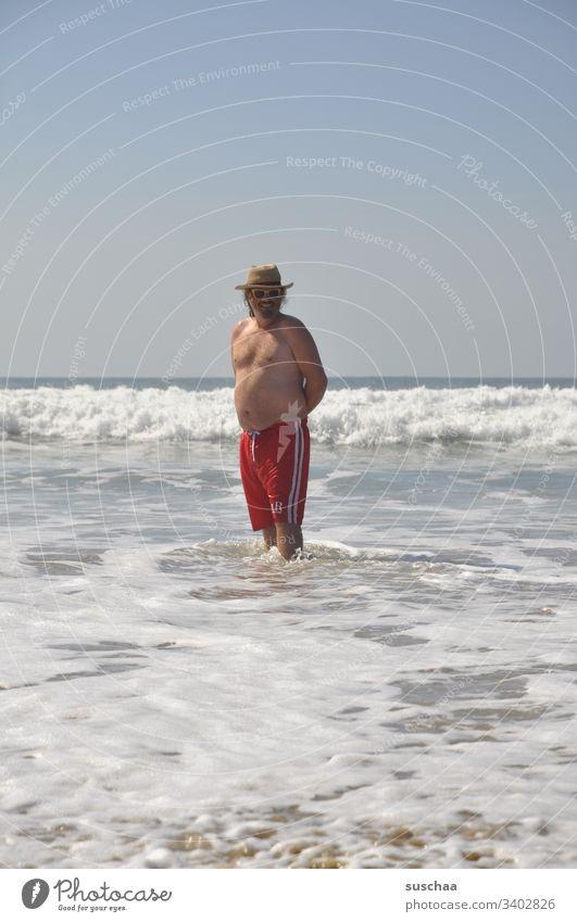 junger mann an einem strand Mann Urlaub Sommer Badehose Meer Atlantik Sandstrand Weite Ferien Tourist Urlauber Sommerferien Wellen Ferien & Urlaub & Reisen