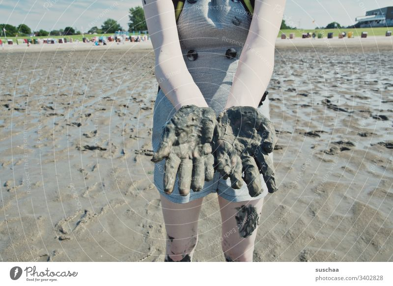 hände waschen nicht vergessen Strand Meer Nordsee Wattenmeer Küste Sand Ebbe Flut Gezeiten Ferien & Urlaub & Reisen Sommer Jugendliche Teenager Kind junge Frau