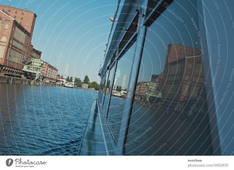 schifffahrt auf dem rhein mit spiegelung in den fensterscheiben Schifffahrt Rhein Rheinhafen Wasser Gewässer Fluß fahren Fahrt Fenster Spiegelung einlaufen