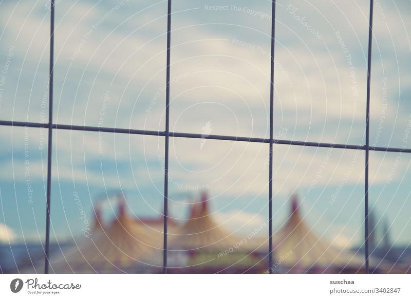 unscharfer zirkus hinter drahtzaun Zirkus Unschärfe Zelte Zirkuszelt Zaun Draht Himmel draußen Außenaufnahme Wolken Veranstaltung Show Kultur Entertainment