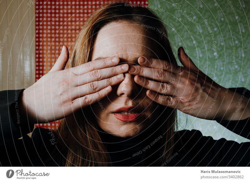 Frau missbrauchtes Gesicht mit Händen bedeckt misshandelte Frau missbrauchen. Erwachsener ängstlich Hintergrund schwarz lässig Kaukasier Konzept dunkel Emotion