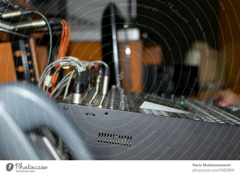 Elektronischer Audio-Mixer mit Kabel im Studio Technik Gerät Klang Ingenieur Drähte Telefon Atelier Ausstrahlung dunkel arbeiten Station Technik & Technologie