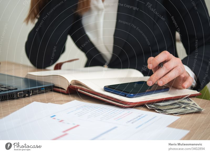 Frau, die im Büro arbeitet und mit dem Handy rechnet, Buchhalterin Kontor Buchhaltung Erwachsener Analyse Rechnung Haushaltsplan Business Geschäftsfrau
