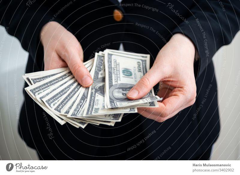 Frau zählt Dollar-Banknoten im Gesellschaftsanzug Buchhalter Amerikaner Hintergrund Rechnung Business Geschäftsmann kaufen Bargeld Nahaufnahme Gewerbe Konzept