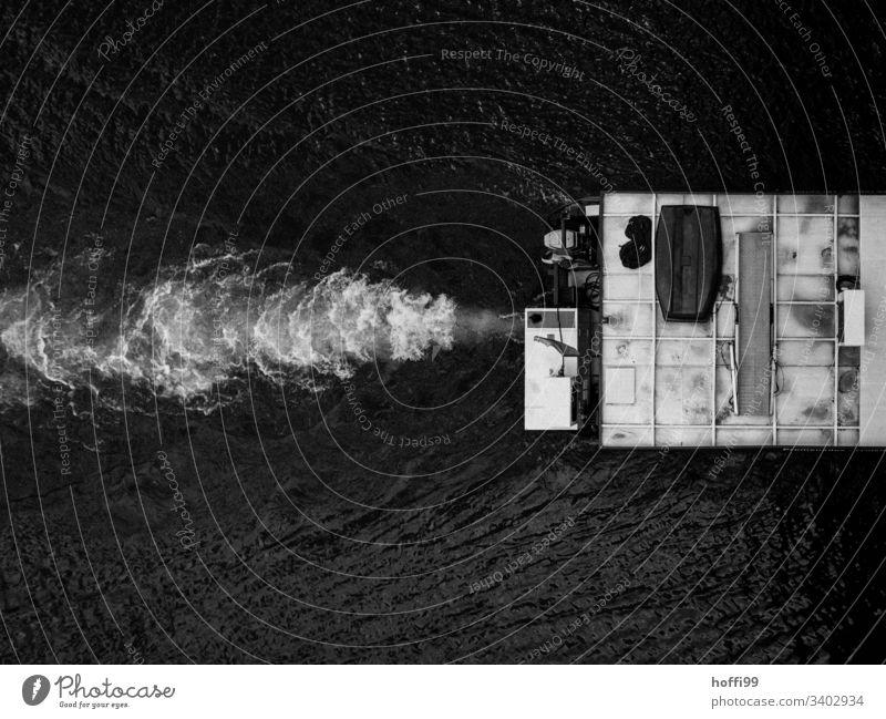 Schiff von Oben Binnenschifffahrt Antrieb Schifffahrt Wasser Güterverkehr & Logistik Fluss schwarzes Wasser Wasserwirbel Flussufer Hafen Wasserfahrzeug