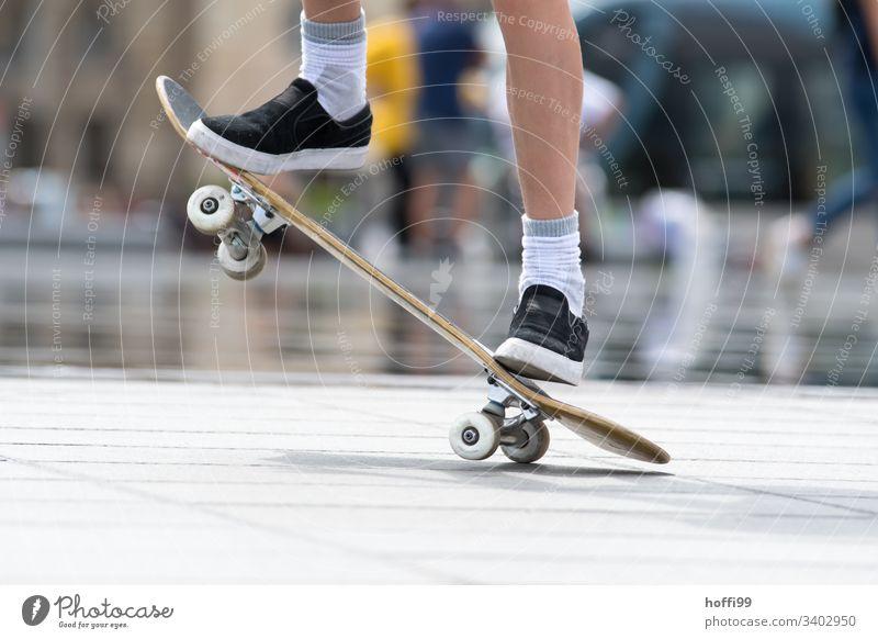 Skateboard Aktion Jugendliche 1 Erwachsene Mann Sportler Skateboarding Skateboarderin Beine Boarding Skateplatz jung sportlich Sommer Lifestyle