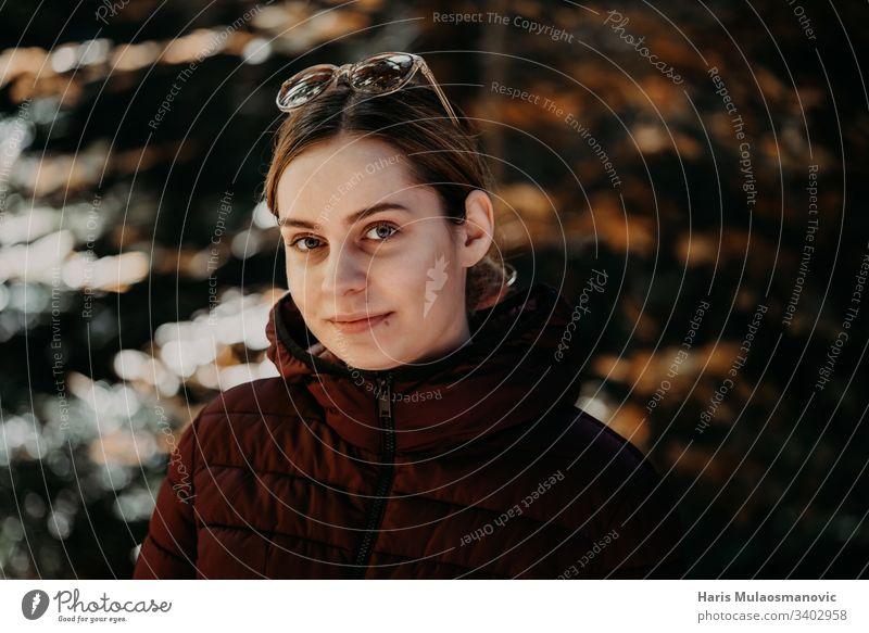 Schöne Frau mit Brille in Jacke im Wald launische Trägerin Kunst neben attraktiv schön Schönheit Kaukasier Kleid Gesicht Mode Mädchen Glamour Behaarung Frisur