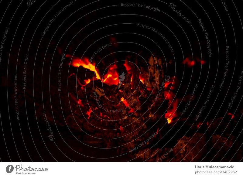 Heißer Kamin, der Lava auf schwarzem Grund verbrennt abstrakt Kunst Hintergrund Hintergründe Unschärfe verschwommen Club Farbe farbenfroh Konzept Deckung dunkel