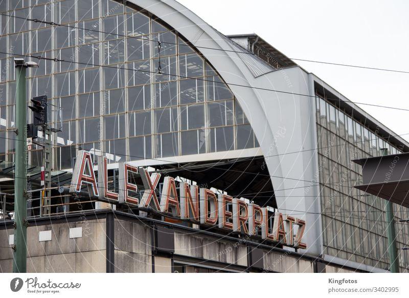 Berlin Alexanderplatz Bahnhof Deutschland Schriftzeichen Schriftzug Platz Berlin Mitte reisen Hauptstadt Tourismus Stadt Städtereise Querformat Architektur Glas