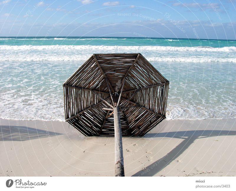Sonnenschirm Meer Strand Ferien & Urlaub & Reisen Wellen Kuba Holzschirm