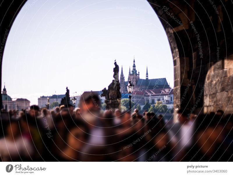 Menschenmenge auf der Prager Karlsbrücke - Blick auf die Burg Ferien & Urlaub & Reisen Tourismus Ausflug Sightseeing Städtereise Sommerurlaub Kultur