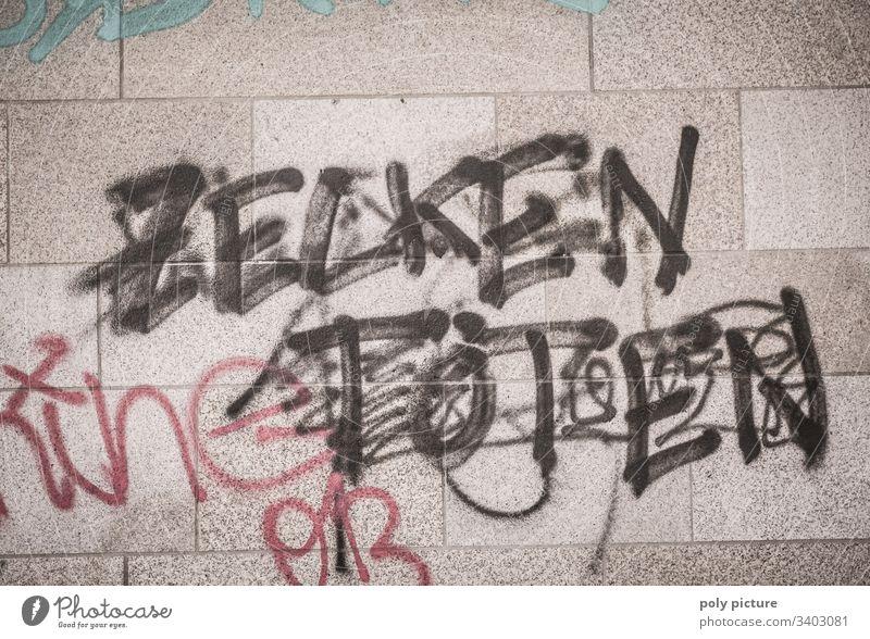 """Graffiti """"Zecken Töten"""" an einer grauen Mauer - Mordaufruf im öffentlichen Raum - durchgestrichen? - Rechtsextreme Sprache im urbanen Raum"""