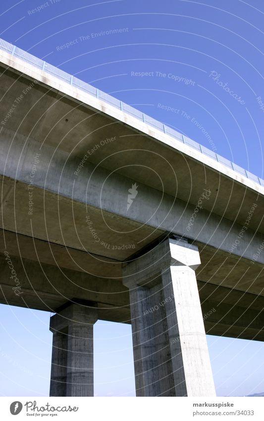 brückenpfeiler A9 Brückenpfeiler Beton Froschperspektive Autobahn Bauwerk Säule Himmel blau a9 Architektur