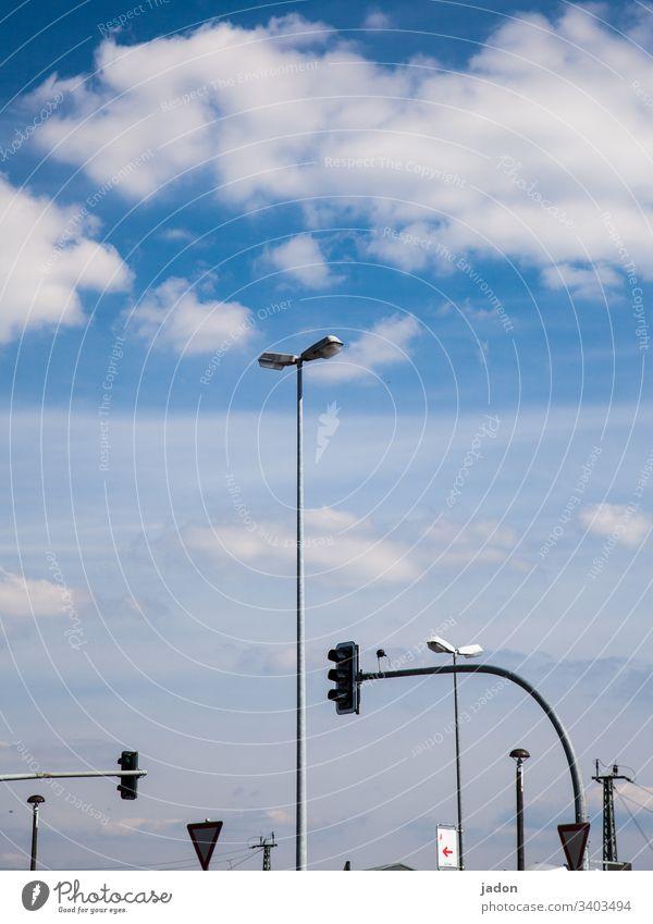 lampenladen. Laterne Ampel Verkehr Straßenbeleuchtung Beleuchtung Straßenverkehr Licht Stadt Lampe Himmel Wolken blau weiß stadtbild Linien Bogen