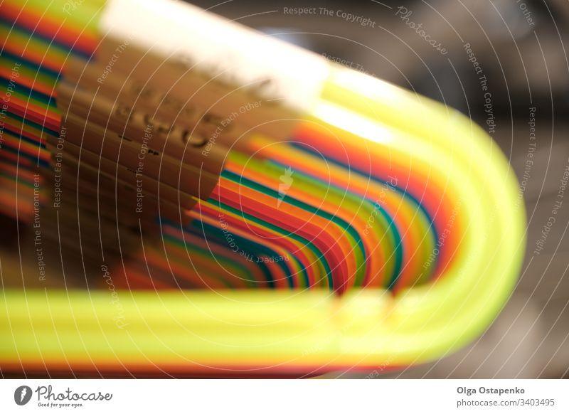 Der farbenfrohe Kleiderbügel aus Plastik. Kleiderbügel hängen in einer Reihe Hintergrund Business Mode Design Haus Büro Papier Haken Werkstatt Kunststoff