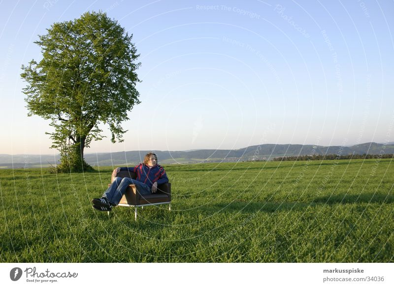 relaxen mit dem baum Wiese Baum grün Sessel Leder Erholung Mann Dämmerung Sonnenuntergang Denken Meditation Stil Untergrund Freak retro Himmel blau Landschaft