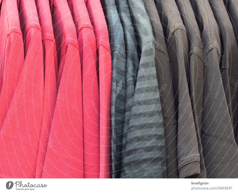 rote und graue T-Shirts auf Bügeln nebeneinander hängend Mode Bekleidung Stoff Baumwolle Farbfoto Nahaufnahme Strukturen & Formen Muster Innenaufnahme Textilien
