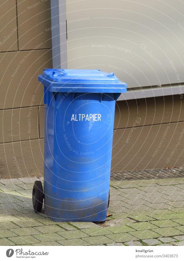 blaue Altpapiertonne am Strassenrand stehend Recycling Papier Farbfoto Menschenleer Müll Tag Außenaufnahme mehrfarbig Umweltschutz Müllbehälter Müllverwertung