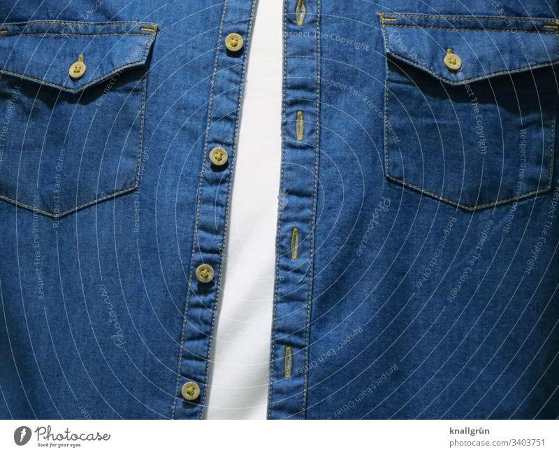 Männerbrust bekleidet mit weißem T-Shirt und offenem Jeanshemd Bekleidung Oberkörper Mode Denim Knopfleiste Knöpfe Pattentaschen Naht Farbfoto Stoff Stil