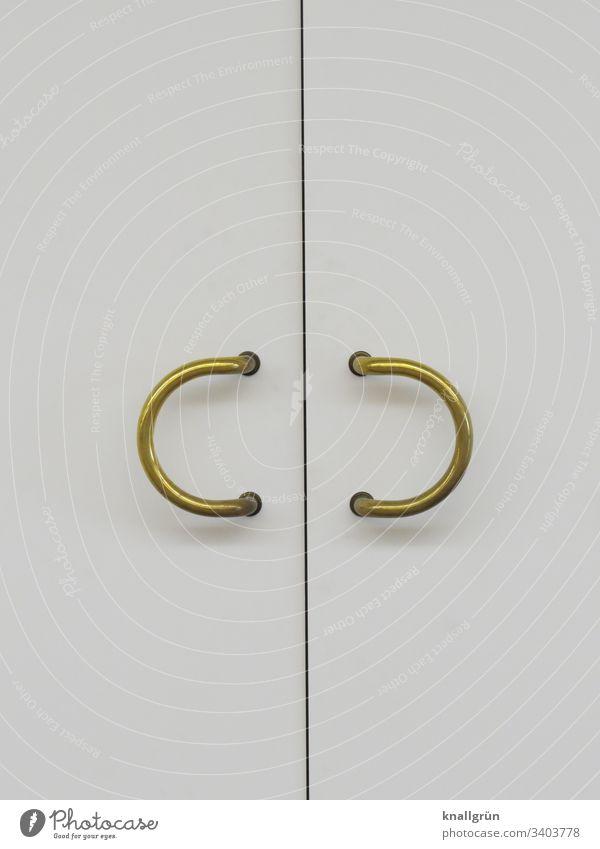Weiße Doppeltür mit zwei halbkreisförmigen goldenen Türgriffen Eingangstür Linie geschlossen Menschenleer Farbfoto Griff Holz Metall Strukturen & Formen weiß